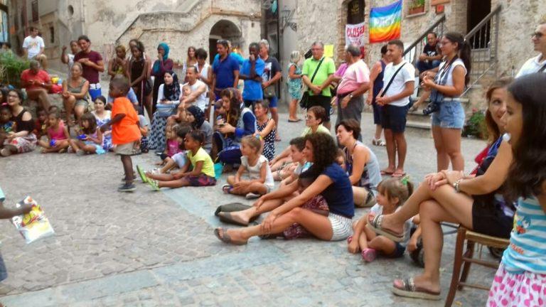 Le 15 août 2018 à Riace. Jeux, artistes de rue, solidarité et humanité diffuse sur la petite place Donna Rosa, pour soutenir des grévistes de la faim et pour débattre, essayer de comprendre comment on a pu punir un tel lieu en bloquant les financements. Photo de Roberta Ferruti