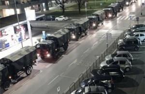 Des camions de l'armée à Bergame (Italie) transportant les cercueils que le cimetière de la ville ne peut plus contenir.